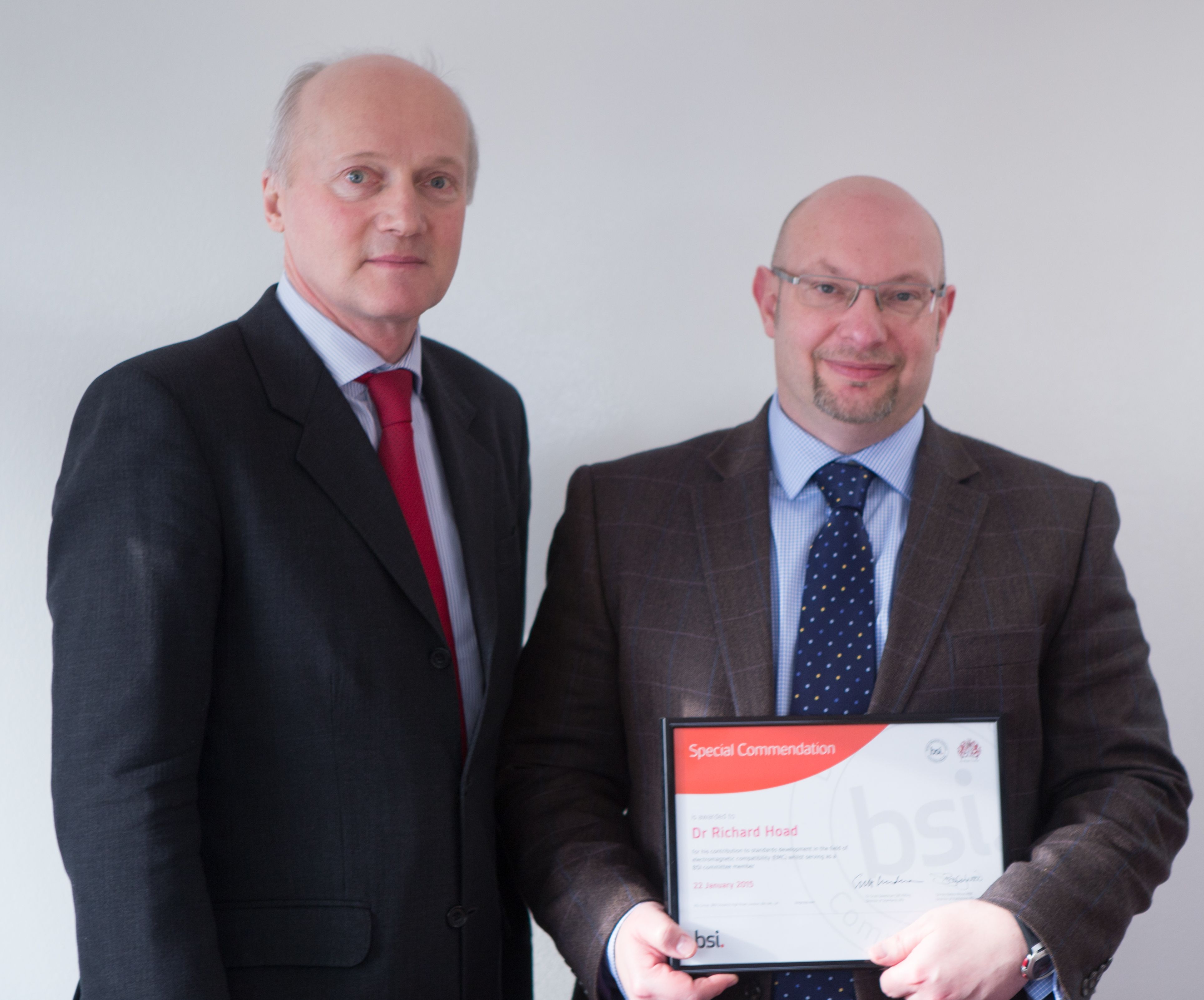Richard Hoad (right) receives his award from Dr Scott Steedman, BSI